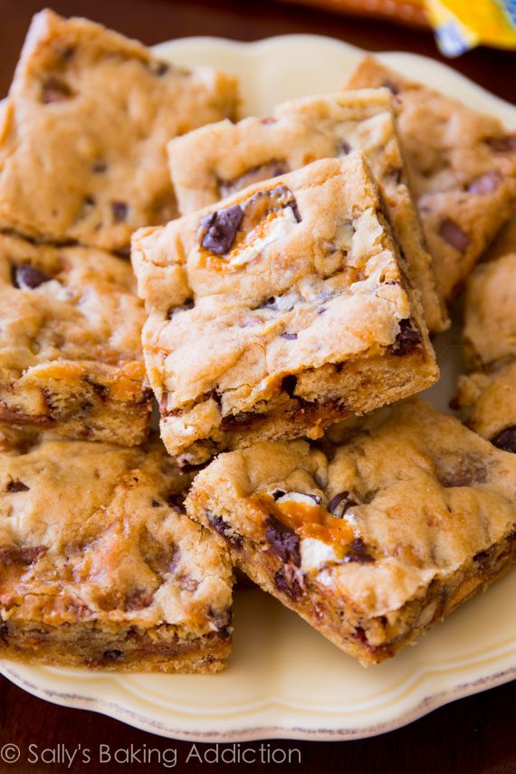 Candy Bar Blondies - Sallys Baking Addiction