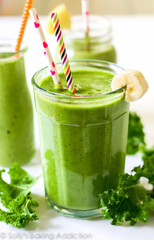 A simple 4 ingredient, incredibly thick green smoothie filled with healthy produce and leaving you energized. And it actually tastes good!