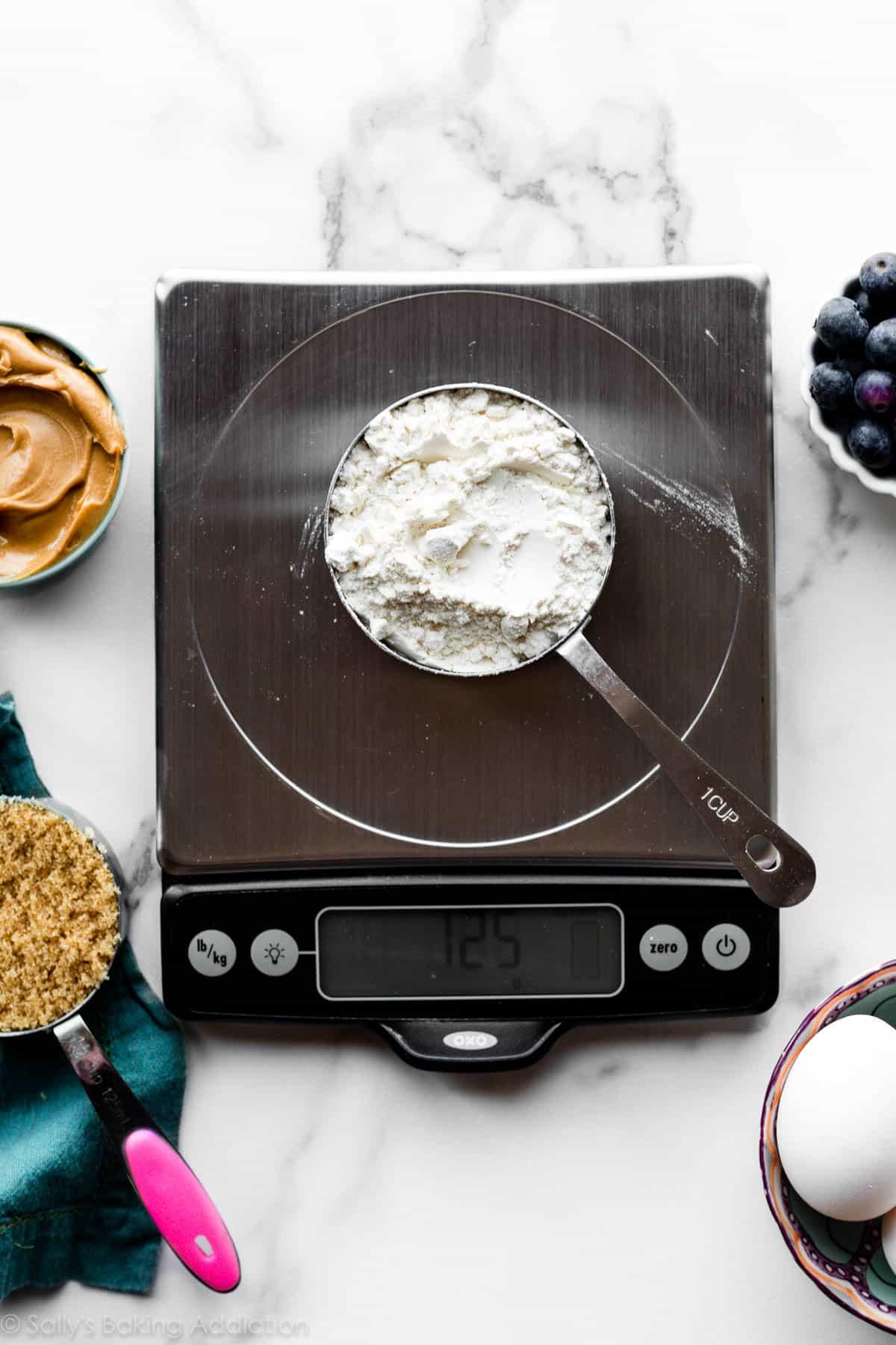 mesurer la farine sur la balance de cuisine