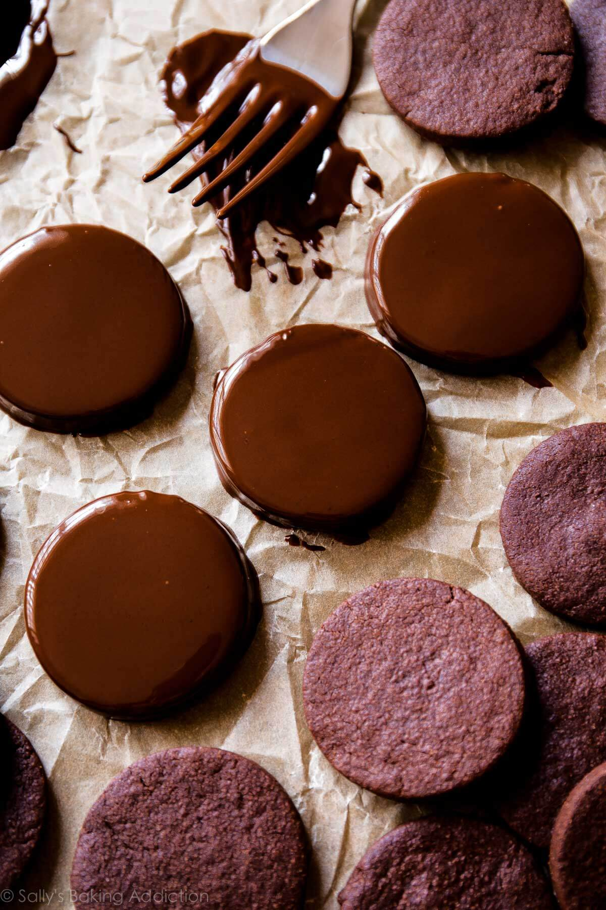 Homemade thin mint cookies! Copycat girl scout thin mints recipe with chocolate cookies on sallysbakingaddiction.com