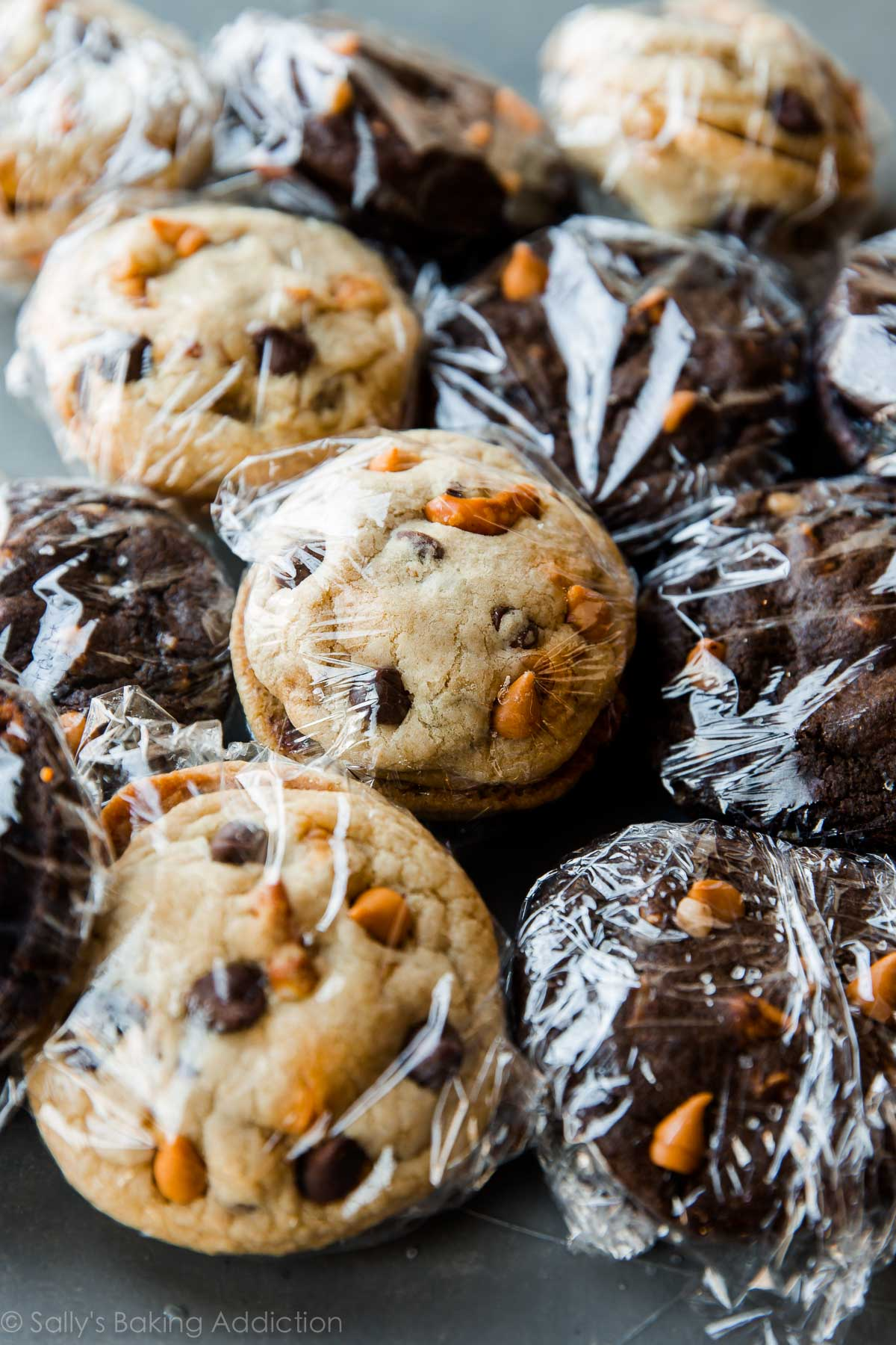 Here's the BEST way to ship cookies this holiday season! sallysbakingaddiction.com