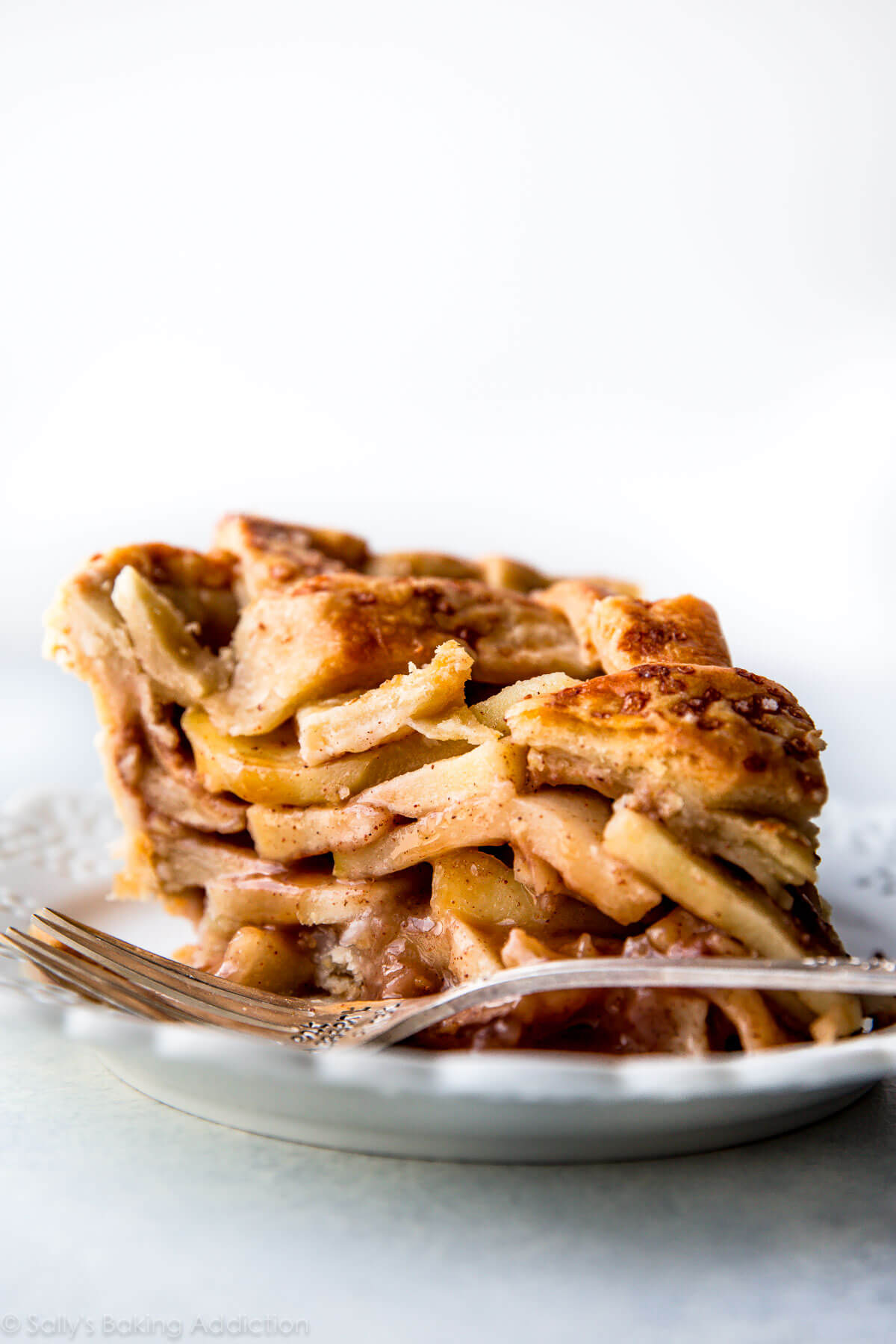The best deep dish apple pie recipe! sallysbakingaddiction.com